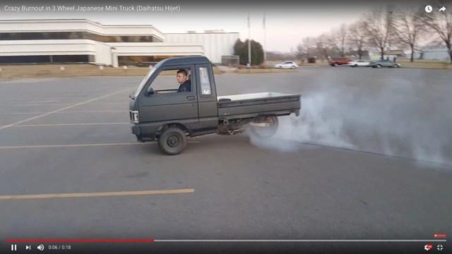 なんだコレは…ダイハツの軽トラとバイクを合体させた改造車の動きがヤバい