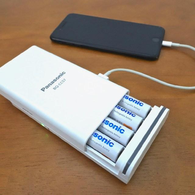 【1台3役】スマホの充電アダプタにもモバイルバッテリーにもなる「USB出力付のニッケル水素電池専用充電器」がマジ有能!!