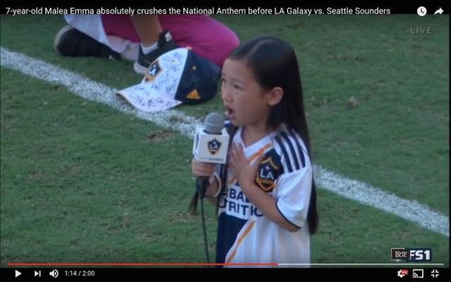 7歳少女の国歌斉唱がヤバすぎると話題 / 伸びやかな高音&パワフルな歌声に世界が鳥肌