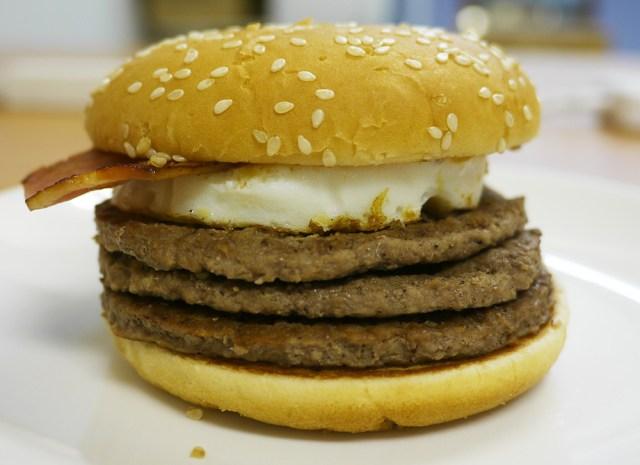 【肉・肉・肉】マクドナルドの数量限定『月光バーガー』を食べてみた! 三段ビーフパティにたまごとベーコンの大ボリュームで激ウマ!!