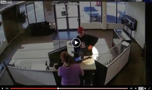 女性店員の目の前でポロリ…いくら何でもアホすぎる強盗が現る