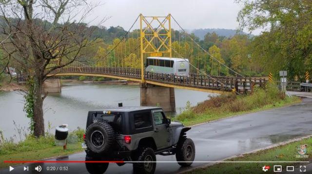 重量制限オーバーに気づかず(?)橋を渡っていく大型バスの動画が超コワい / グラグラと揺れる橋が今にも崩壊しそう…