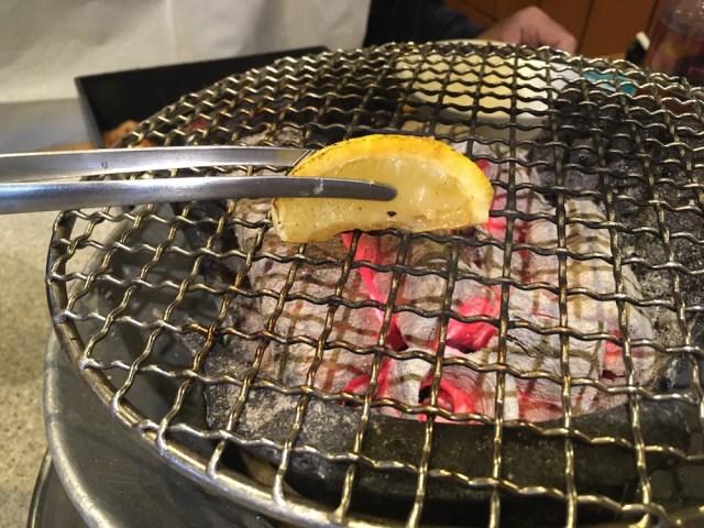 焼き肉を食べる前、レモンを網に塗ると肉がくっつかないらしい → 実際にやってみた結果…!
