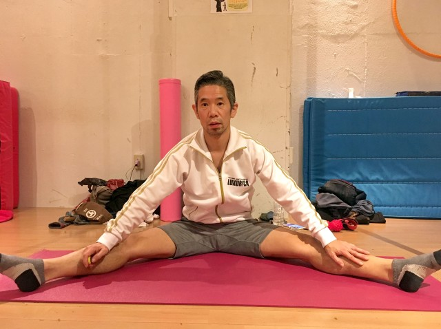 【実践】ストレッチをやり続けて2年を経て、ようやく開脚で頭が床につくようになったよーーッ!!