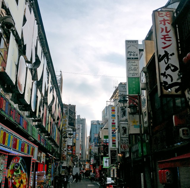 【贈り物】かわいい後輩の誕生日に新宿・歌舞伎町でコーディネートした服をプレゼントしたらこうなった!