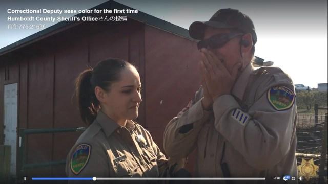 色盲のおじいちゃん警察官、生まれて初めて見る色に「全世界が輝いている」同僚のプレゼントに泣き崩れるアメリカ警察のSNS投稿が話題