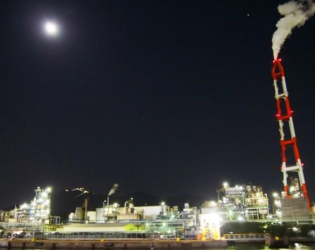 「北九州夜景観賞クルーズ」でダイナミックな工場夜景を海上から満喫 / 景色はまるでSF映画の未来都市のようだったぞ!