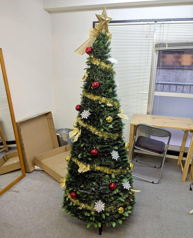 【パパママ必見】本気出せば30秒で準備できる「超速組立クリスマスツリー」が超便利! かぶせるだけで全てが終わる