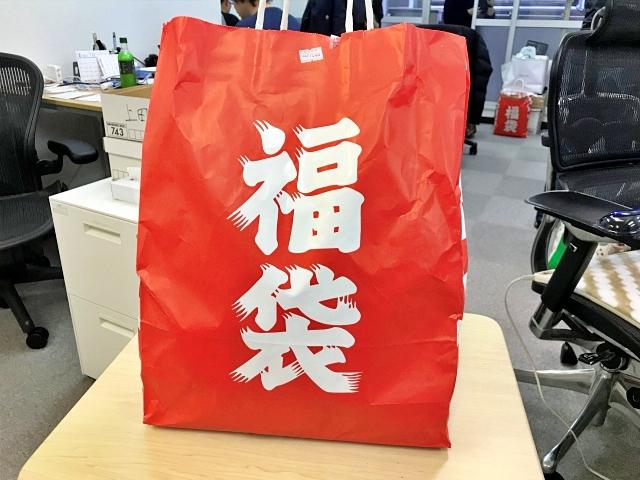 【2019年福袋特集】意外とレア?「ローソンストア100」の福袋(1080円)を買ってみた → 100円の商品が15個入ってるけど平日の買い物かよ!