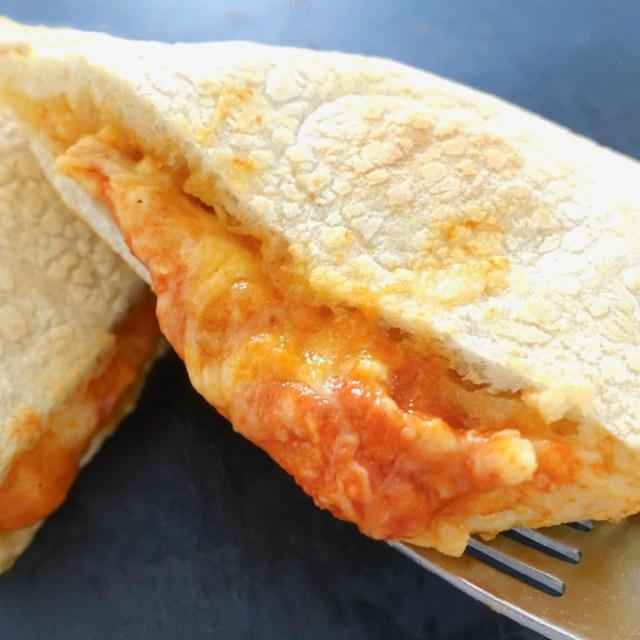 業務スーパーの「イタリア直輸入・包み焼きピザ」が手軽なのに本格的 / 生地がモチッ、チーズがトロ〜ン!