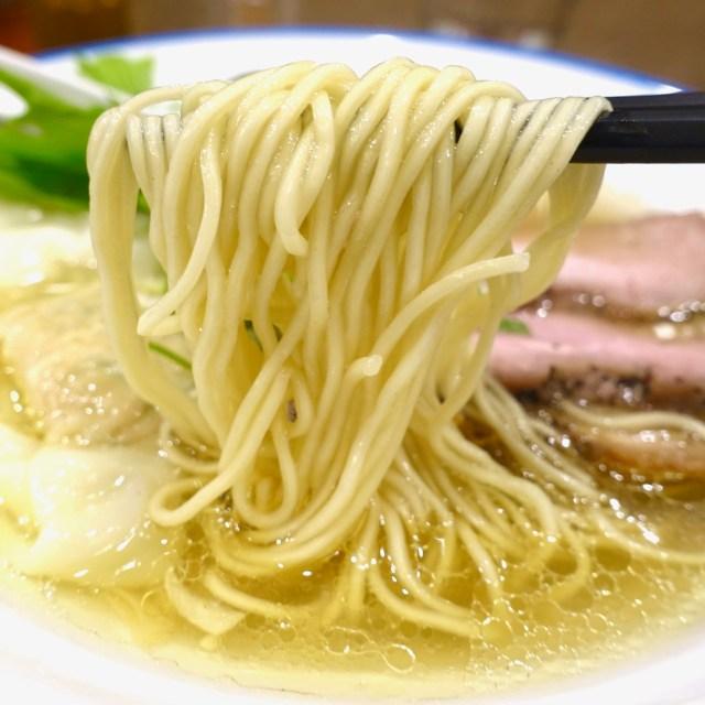 【新宿ラーメン巡り】透き通る美しいスープに豊富なトッピングが浮かぶ至福の一杯 / 麺宿 志いな『得製 潮そば』