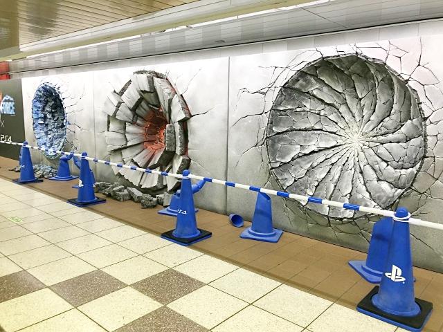 """【よく見て】東京メトロ新宿駅にジャンプヒーローによる """"必殺技の痕"""" が出現中! しかし、どうしても納得のいかない点が…"""