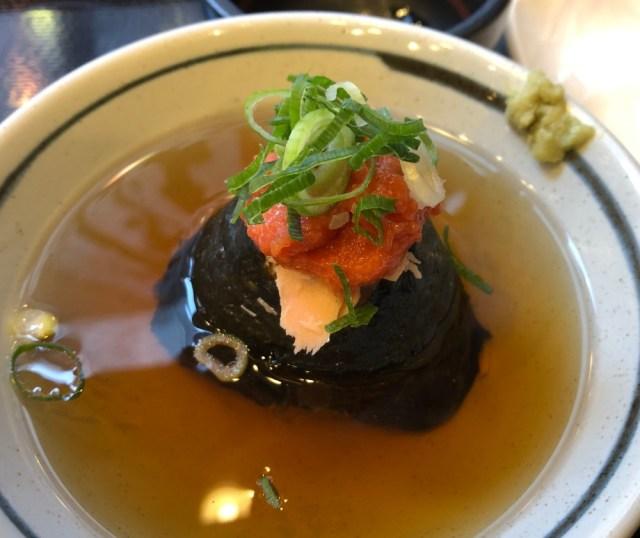 【丸亀製麺】鮭明太茶漬けが「抜群においしい」らしいので食べに行ったら…店員さんに「コレ入れたらもっとウマくなる」と言われて最高傑作が誕生した