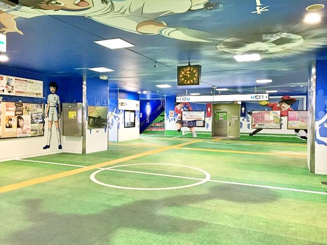 【衝撃】京成線の四ツ木駅構内がヤバイことになっていた! 改札もホームも「キャプテン翼」で今すぐキックオフしそうな勢い!!