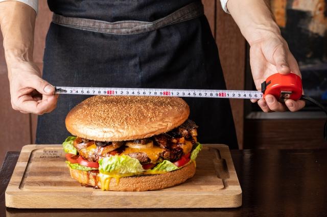 【衝撃】ついに「10万円のハンバーガー」が爆誕! 総重量3キロの怪物『ゴールデンジャイアントバーガー』がラグジュアリーすぎてヤバイ!!