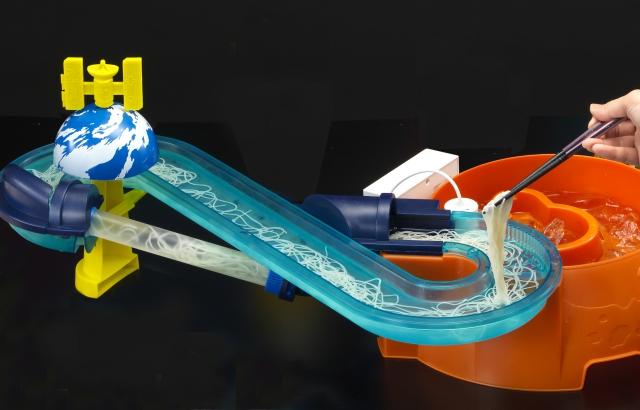 【意味不明】最新の「流しそうめん」、ついに重力の壁を超越する! 麺が下から上に流れる新型『そうめんスライダー ギャラクシー』がヤバイ