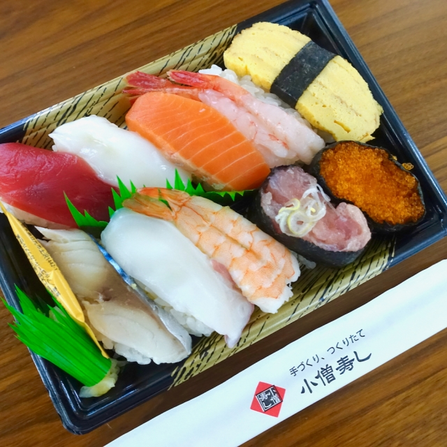 テイクアウト寿司の老舗「小僧寿し」と「スシロー」を食べ比べてみた