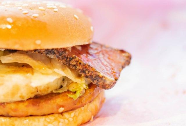 マクドナルドの期間限定メニュー「厚切りペッパーベーコンてりたま」がベーコン力高めで食べ応え最高!