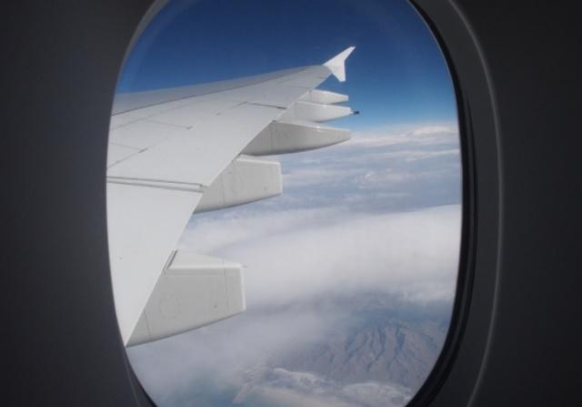 ママが赤ちゃんを空港に忘れてフライト中の飛行機がリターン