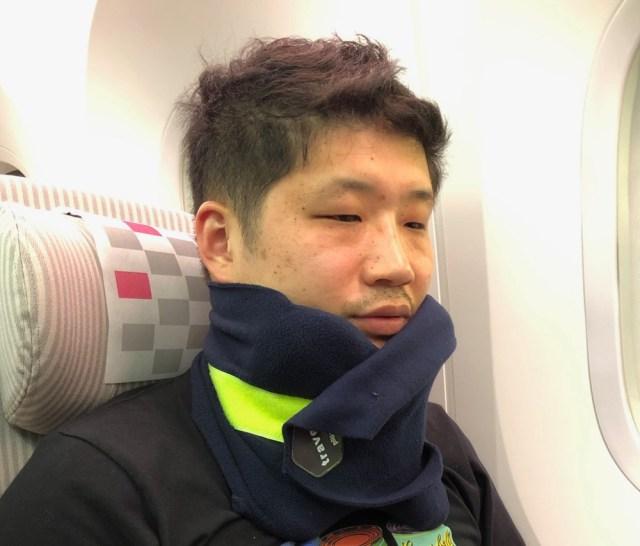 「スカーフ式の携帯用枕」はチンポジで全てが決まる / 機内で睡眠時に使ってみたら…カラダの負担が少なかった(トラベルグッズ検証:第2回)