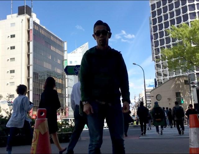 【日常の裏技】交差点を背景にしてスローモーション撮影すると、めちゃくちゃドラマチックになる!