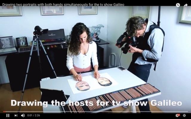 右手と左手で同時に違う絵を描く女性画家がスゴすぎる!  しかも絵が写真のように超リアル!!