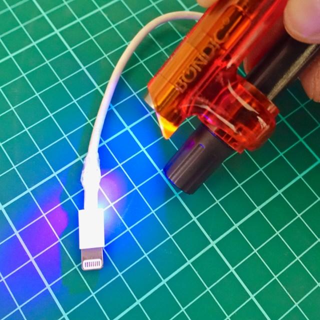紫外線を当てると4秒で固まる人気の接着剤『Bondic』を使ってみた結果…