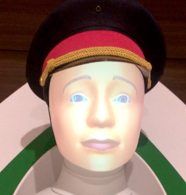 東京駅で実証実験中のドイツ鉄道の案内ロボット「セミ」の見た目がちょっとだけ怖い……