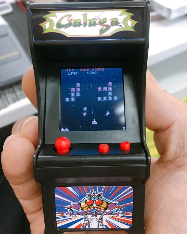 わずか9センチ! 手のひらサイズのゲーム筐体「タイニーアーケード」でギャラガをやってみた! あるいは月日がもたらす残酷な現実……