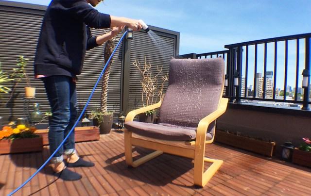 【ライフハック】通称「IKEAの椅子」こと『POÄNG(ポエング)』を完全防水仕様に改造してみた! サイズピッタリの撥水カバーも発見!!