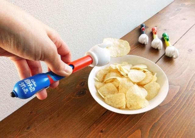 【爆誕】手もスマホも汚れない…って魔法かよ! ポテトチップスを快適に食べられるタッチペンが新発売