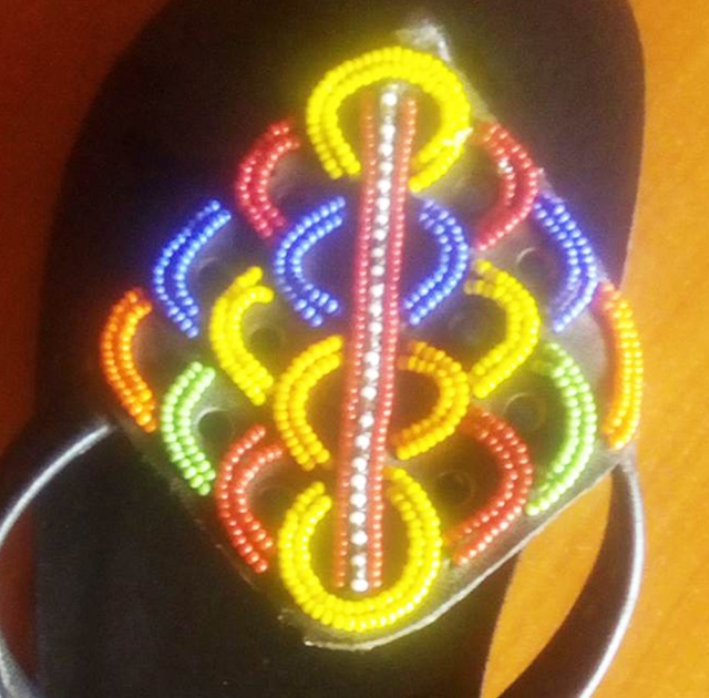 【DIY】オシャレなマサイ族は普通のサンダルを買ってきて自分でデコってマサイ式にする / マサイ通信:第266回
