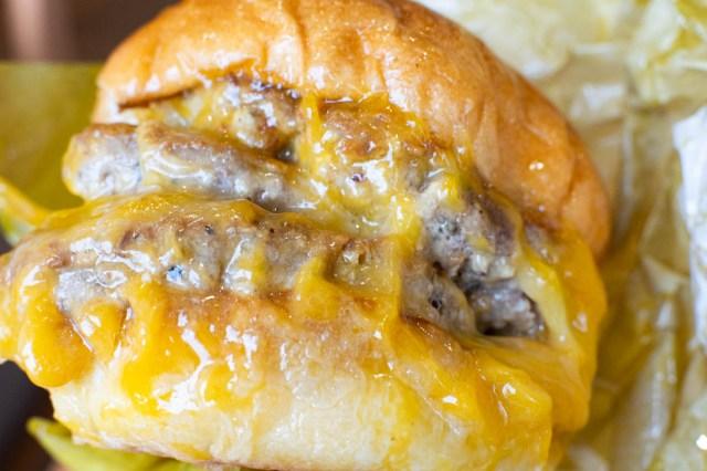 【肉とチーズ】6月27日からロッテリアで四段重ねの絶品チーズバーガーが登場 / 圧倒的な肉とチーズの暴力…あるいはカロリーの宇宙