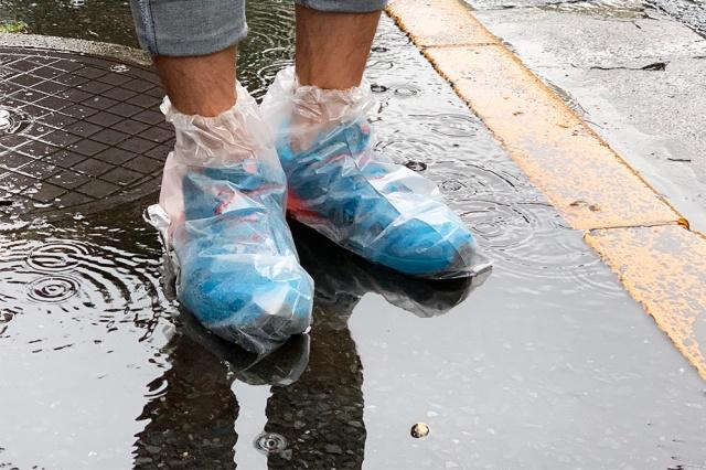 【100均検証】突然の雨にも完全対応!! 水や泥汚れから足元を守る「使い捨てくつカバー」がカッコ悪いけど最強すぎる!