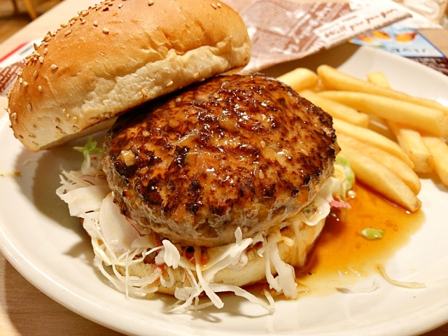 【朗報】ガストバーガー、200円安くなる! しかもパティが「チーズINハンバーグ」になったってよ!! さっそく食べてみた!