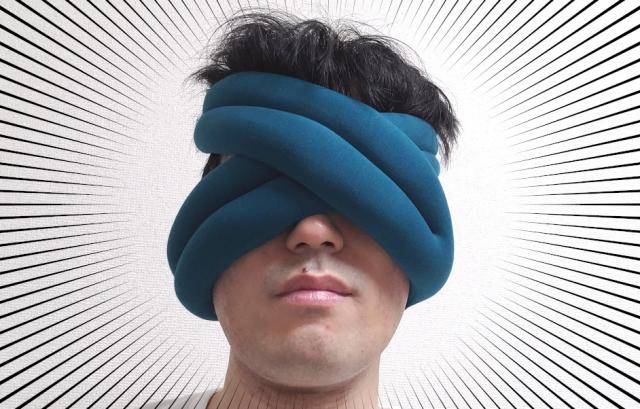 「顔面に巻きつける携帯用枕」が見た目はヤバいけど使い心地は思いのほか悪くなかった