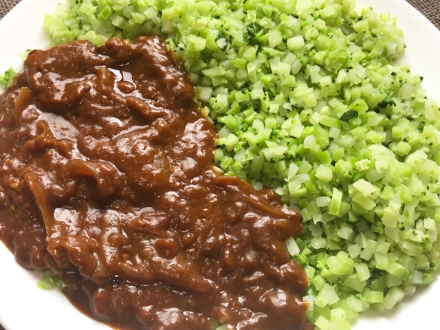 【わがままダイエット】カレーを「お米のかわりに食べるブロッコリー」にかけて食べてみた