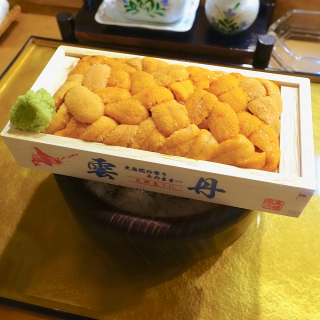 ウニが木箱ごとドーン! 豪華すぎる『うに丼』を出す「幸寿司」は海鮮好きなら1度は行くべき高コスパな名店 / 北海道・恵庭