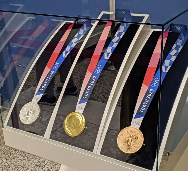 お~い! 東京五輪のメダルを期間限定で間近に見ることができるぞ~!! 7月31日まで、急げ~!
