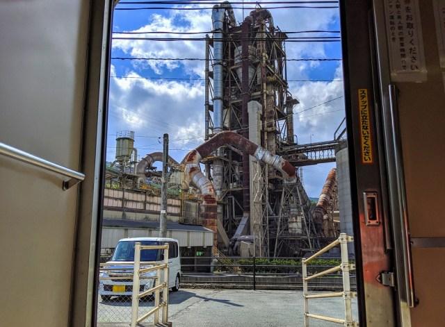 【世紀末感】電車のドアが開いたら超巨大工場が登場! 福岡県「船尾駅」がまるでマッドマックスの世界