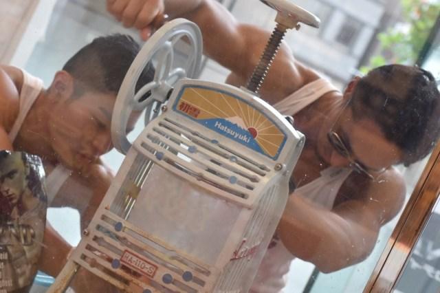 【乱心】マッチョが削るかき氷を販売する謎イベント『マチョ氷inマルイ』が開催決定! マルイ「マッチョがつくる冷たいカキ氷はいかがでしょうか?」
