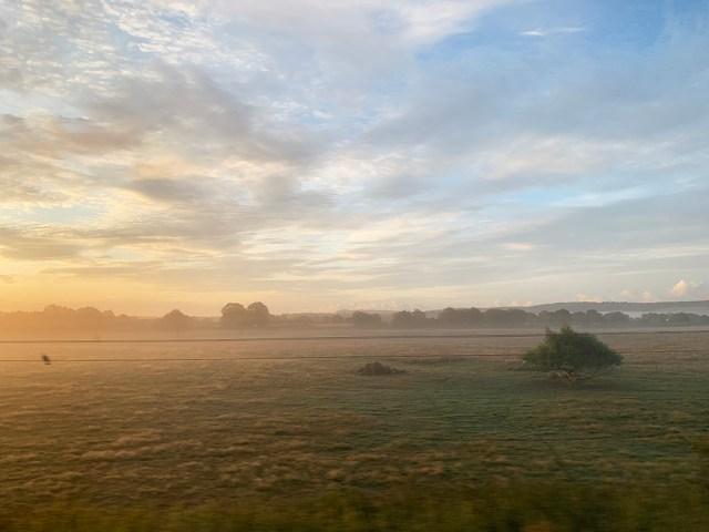 【ぶらり秘境下車】「アンバーリー駅」から始発に乗ったら別世界に連れて行かれる! 地平の彼方に立ち込める朝靄がファンタジーすぎて震えた!!