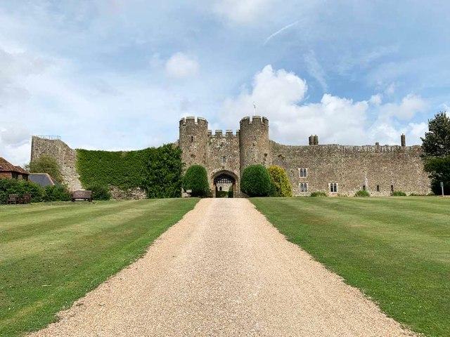 イギリスの古城に宿泊してみた! 1泊約1万6000円で周囲の村が完全にドラクエな「アンバーリー城」攻略情報