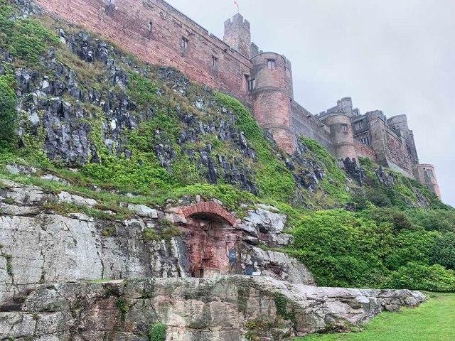 イギリス老紳士がオススメする古城『バンバラ城』に行ってみたらラスボスオーラが半端なかった! これ攻略に1時間かかるヤツや……