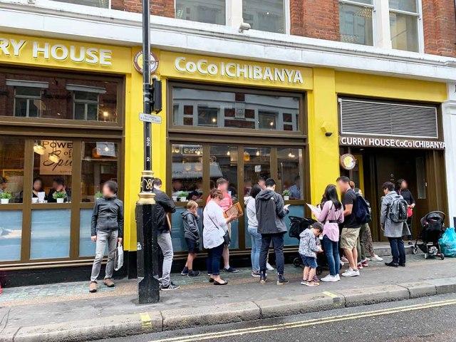 【衝撃】カレーチェーン『CoCo壱』がロンドンで大人気! 行列の秘密を探るため人気メニューを食べてみた!!