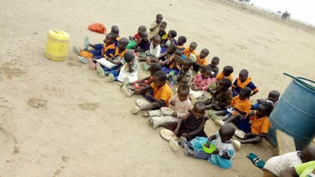 みんなで一緒に外で食べる「マサイの学校給食」は超うまい / マサイ通信:第296回