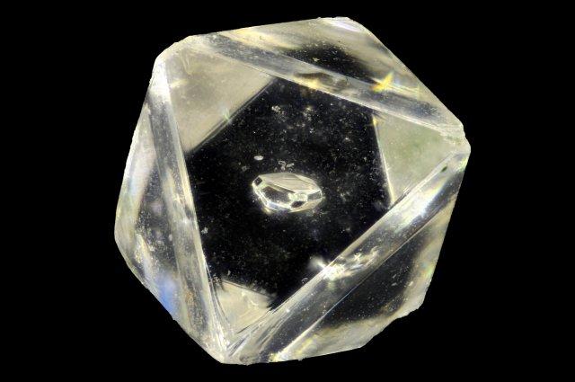 アフリカの地底深くから未知の鉱石が発見される / ダイヤモンド内部に閉じ込められていたもよう