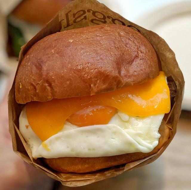 本日オープン! 卵料理専門店「エッグスラット」に行ってみた / 半熟目玉焼きのサンドイッチが激ウマ!!