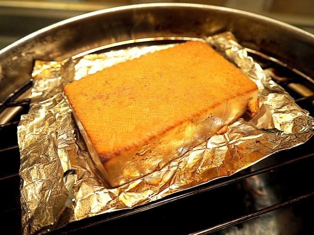 燻製するだけで激ウマに! お家で簡単に作れる「燻製豆腐」が超オススメ!!