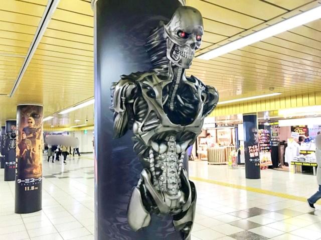 【マジ立体】東京メトロ新宿駅の円柱から飛び出している「ターミネーター」が超リアルで二度見した! スカイネットの技術スゲェェェェエエ!!